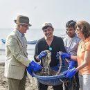Шведская королевская чета занялась уборкой мусора на пляже в Индии