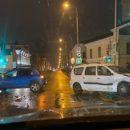 В Казани столкнулись две машины и снесли светофор