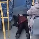 Перевозчики Казани показали, что происходит в салоне автобуса при аварии. Видео