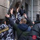 В Одессе сорвали и топтали ногами последний барельеф Жукову