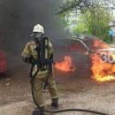 В одном из дворов Казани машина сгорела дотла
