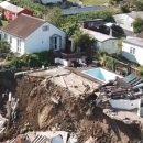 Семья чудом избежала смерти при падении дома с обрыва