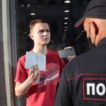 Под аплодисменты: на Баумана парня, вышедшего с пикетом против Путина, задержала полиция