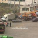 В Приволжском районе Казани столкнулись автокран и трамвай