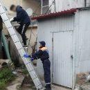 Спасатели помогли спуститься с крыши молодому парню в центре Казани