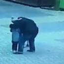 Пьяный россиянин поцеловал незнакомого ребенка на улице и попал на видео