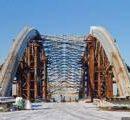 На Подольском мосту начали устанавливать большие металлоконструкции (видео)