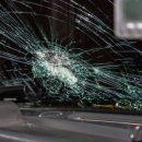 Мужчина в Казани набросился на чужую машину и разбил ногой лобовое стекло. Его прыжок попал на видео