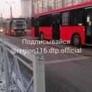 Догонялки: в Казани один автобус пытался обогнать другой и с ходу протаранил его
