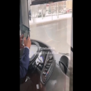 Водитель казанского автобуса уткнулся в телефон во время поездки. Жители возмущены