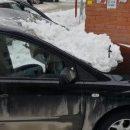 Очевидцы: в Казани снег с крыш падает на машины