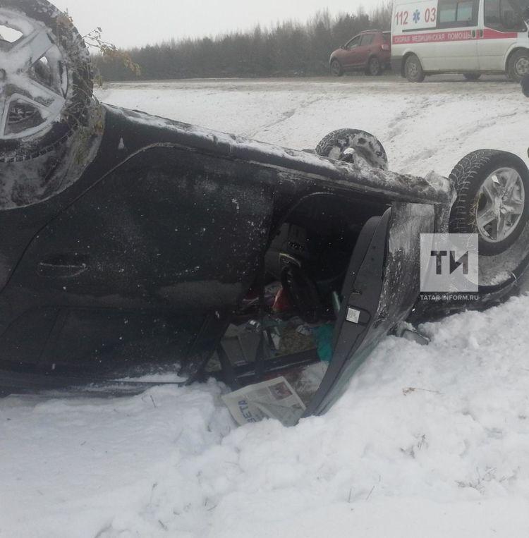 Вылетела с трассы и перевернулась: в Татарстане в жесткой аварии чудом выжила женщина