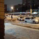 Сразу под двумя машинами в Казани провалился асфальт