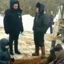 В Татарстане бабушки влезли в яму, не позволяя техникам устанавливать 5G-вышку