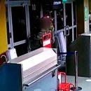 Уставший ждать посадки в самолет россиянин вышиб стекло в терминале аэропорта
