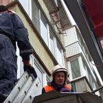 Пролетел 4 этажа, упал на крышу аптеки, но выжил: спасенного мужчину в Казани передали медикам