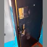 Силовики в масках ошиблись квартирой и вырезали болгаркой дверь женщине с детьми