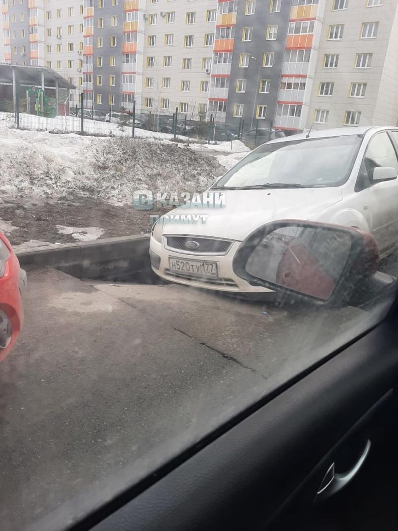 Машина провалилась в асфальт в Советском районе Казани