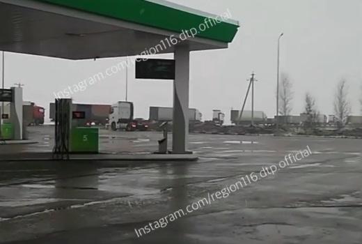 Из-за опрокинувшейся фуры на трассе в Татарстане возникла огромная пробка