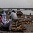 В священной реке в Индии нашли десятки тел умерших от коронавируса