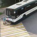 В России автобус задавил девочку на самокате и попал на видео