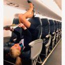 Стюардесса в мини-юбке задрала ноги в пассажирском кресле и удивила поклонников